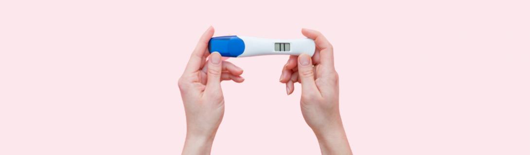 Test ciążowy trzymany w dłoniach - Medistica Ginekologia+Płodność Kraków