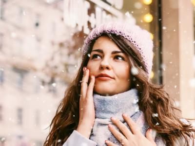 Jak okiełznać włosy pod czapką? Zimowa pielęgnacja skóry głowy